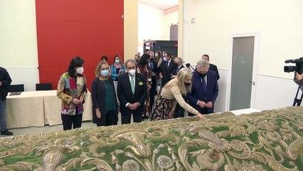 El IAPH recibe el manto de la coronación de La Macarena de Sevilla para su restauración