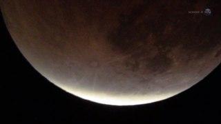 Se descubre agua en el lado soleado de la luna