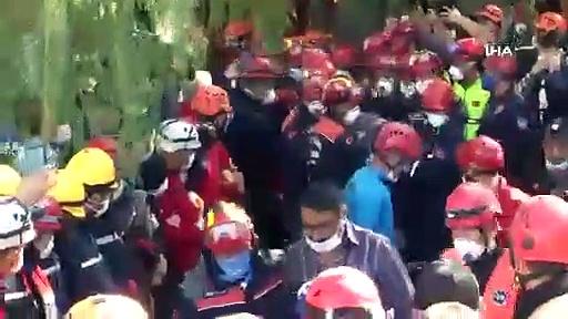 İzmir'de enkaz altındaki 5 kişilik aileden 4'ü 23 saat sonra çıkarıldı