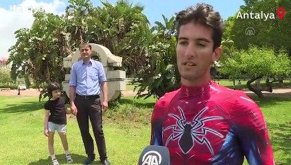 """Küçük Özge'nin yüzü """"Antalyalı Örümcek Adam"""" ile güldü"""