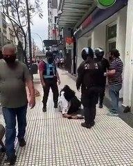 Policías de la Ciudad golpean a un hombre en situación de calle