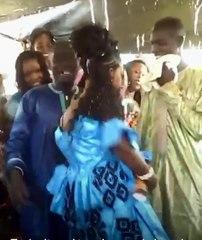 a mourir de rire dans son mariage elle danse jusqu'à motrer ces partir intime