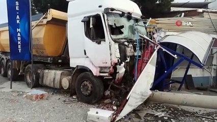 İzmir'de Korkutan Kaza Kamyonun 11 Aracı Biçtiği Anlar Kamerada