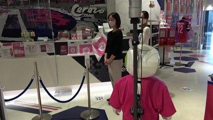 No Japão, robô lembra clientes do uso da máscara