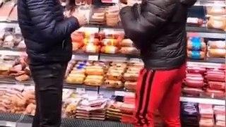 Leur astuce pour dérober des produits tout en douceur au supermarché! Tour de magie...