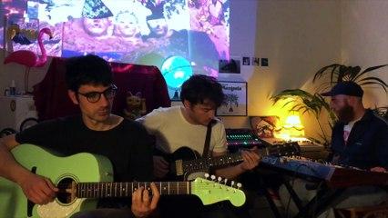 """Campos suonano una versione """"domestica"""" della loro """"Mano"""" per Rockol"""