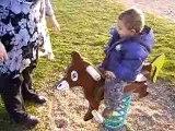 Lilou fait du cheval à ressort 14 mois