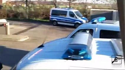 Verstärkung kommt - 7 Mannschaftswagen Polizei für einen Bus!