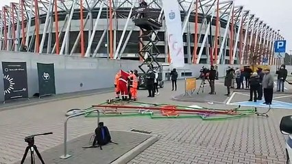 Le père Noël fait une chute impressionnante en testant un vélo très spécial