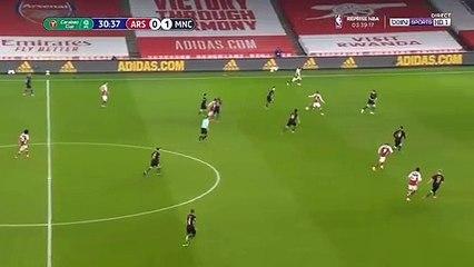 Alexandre Lacazette đánh đầu cân bằng tỉ số cho Arsenal