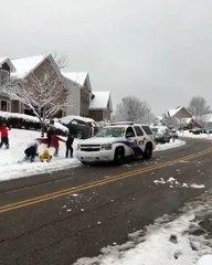 Alabama'da polis arabasına kar topu atan bir grup çocuğa polis ekipleri sert şekilde müdahalede bulunmuş.