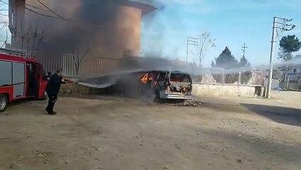 Nusaybin'de Park halindeki minibüs yandı