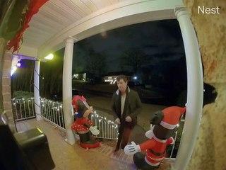 Il entame une danse obscene après avoir sonné à la porte d'un ami, mais s'est trompé de maison