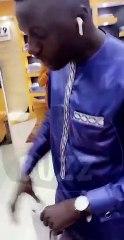 Homme bb reçoit ses cadeaux par son vaccin ,Regardez