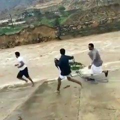 سعودي ينقذ طفلا جرفته السيول.. وفيديو يوثق اللحظات الصعبة