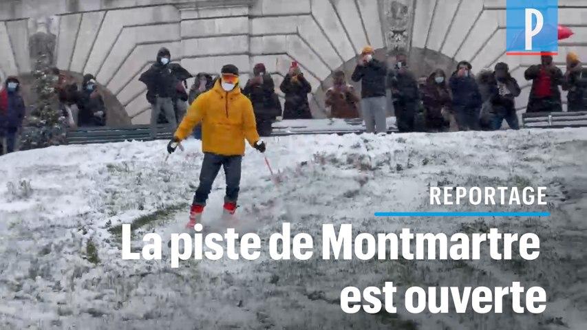 Des skieurs dévalent la pente enneigée de Montmartre