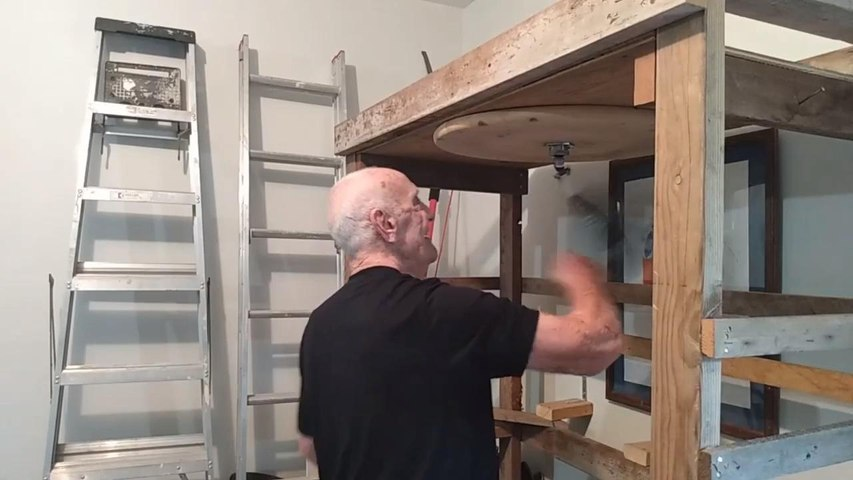 88-Year-Old Man Shows Amazing Moves While Punching Speed Bag