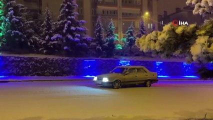 Kar Yağışını Gören Kısıtlamaya Rağmen Sokaklara İndi