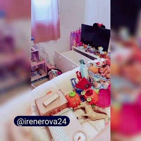 Irene Rosales muestra muchos de los juguetes de sus hijas
