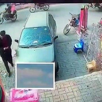 Thief looting car , caught on camera