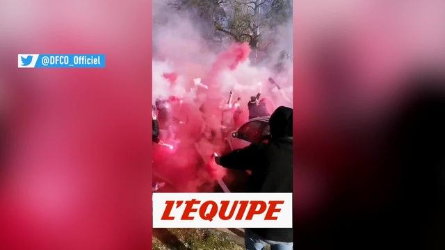 Les joueurs de Dijon accueillis par une soixantaine de supporters - Foot - WTF