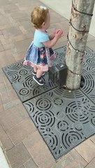 Une fillette cherche du gel hydroalcoolique