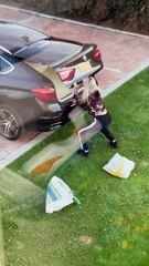 Troller sa soeur avec le coffre de sa voiture