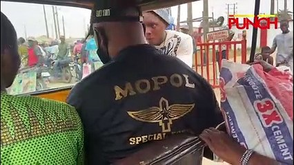 Police Officer Extorts Money From Motorist In Lagos, Demands 500 Naira