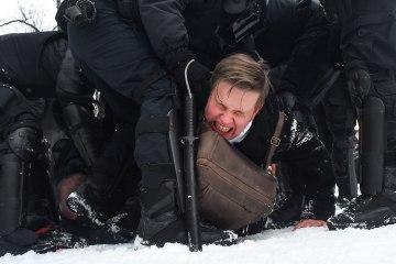 Russian police arrest protesters demanding Navalny's release
