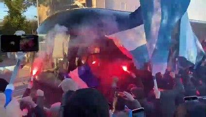 La carica dei tifosi al passaggio del pullman della Lazio