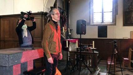 Quentin Dujardin applaudi alors que les forces de l'ordre mettent fin à son concert