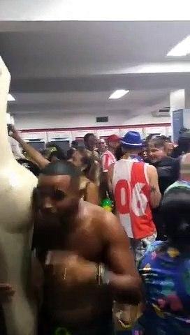 Proibido o Carnaval na rua? Então tá.  Carnaval dentro do Banco Bradesco em Bangu, zona norte do Rio.