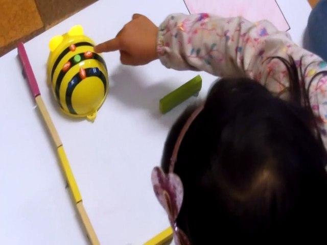 Déplacement d'une BEE-BOT dans un labyrinthe sans quadrillage