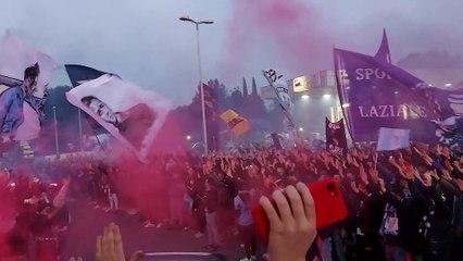 I tifosi a Formello caricano la squadra prima di Lazio - Bayern