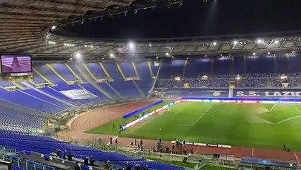 La cantante Mizet intona l'inno della Lazio prima del fischio d'inizio