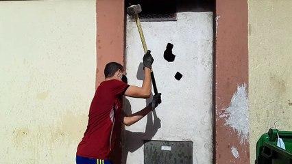 Les co-propriétaires du Parc Saint Roch à Avignon abattent le mur du local à poubelles
