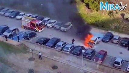 En llamas un coche en el hospital en Bormujos