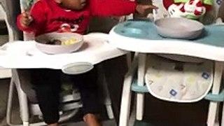 Ce petit enfant partage son repas avec mickey