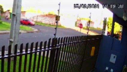 Câmera registra o momento em que motociclista se envolve em acidente no Pioneiros Catarinenses
