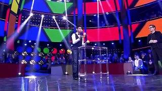 Il termine 3 Rubiks cubes en même temps en les jonglant