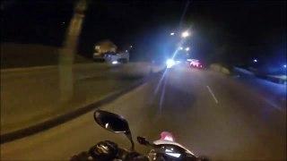 Ce biker croise des riders en BMX accrochés à un bus