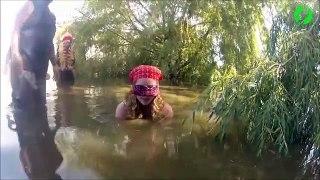 Il essai de capturer un crocodile les yeux bandés