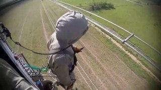 Intervention en hélicoptère sur des lignes électriques à haute tension... métier très dangereux