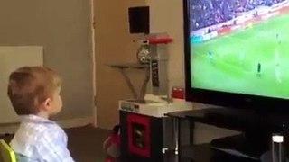 Cet enfant s'enflamme quand son équipe de foot marque un but