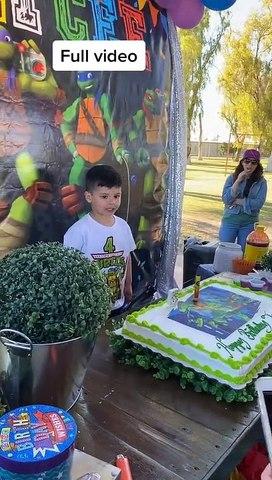 Niño estalló contra su tía por meterle la cara en el pastel tras cantarle el cumpleaños