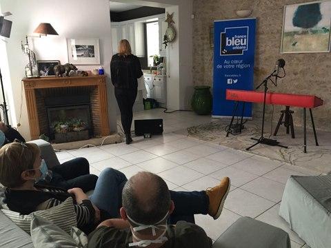 Concert Mars au féminin : Isabelle, auditrice de France Bleu Orléans reçoit Liz Van Deuq dans son salon