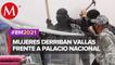 Mujeres logran derribar vallas metálicas en Palacio Nacional