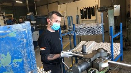 Visite du ministre Marc Fesneau chez Delta usinage, fabricant de pièces de moto