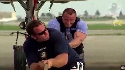 Mariusz Pudzianowski, le redoutable adversaire de Bombardier, tire un avion tout seul
