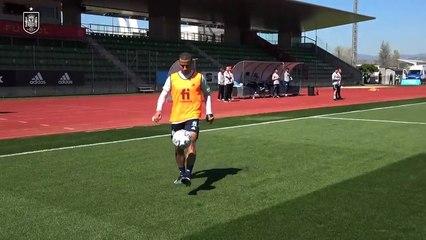 Thiago và Rodri phô diễn kỹ năng đá bóng như đá cầu